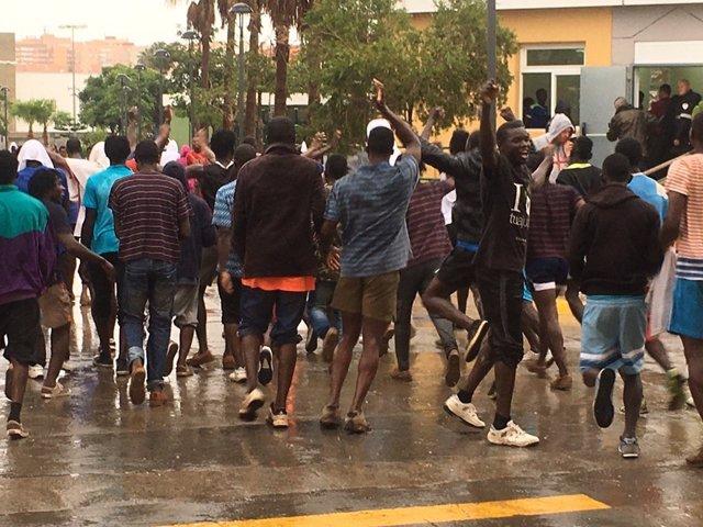 Unos 400 inmigrantes intentan entrar en Melilla por la valla y cien lo logran