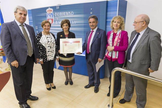 Entrega del Diploma de Servicio Distinguidos a Cantabria a Marta Malo