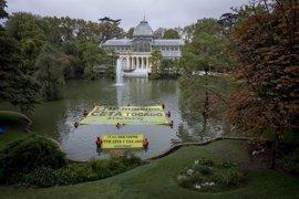 Greenpeace exige en el lago del Retiro (Madrid) hundir el TTIP y el CETA
