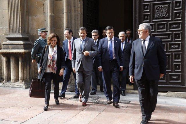 Vidau (derecha) y Fernández (izquierda) acompañados por autoridades tras el acto