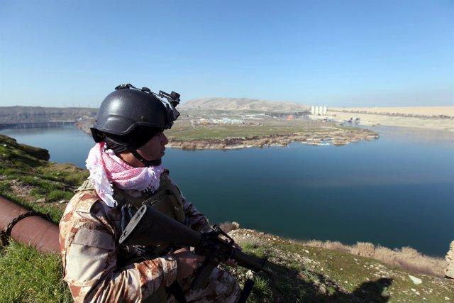 Un combatiente kurdo a las afueras de Mosul