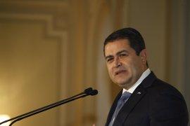 El presidente de Honduras dice que hubo un complot para atentar contra él y un embajador