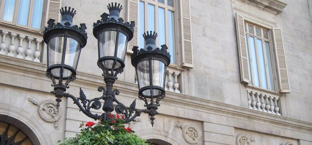 Macetas colgadas en las farolas de la plaza de Sant Jaume de Barcelona