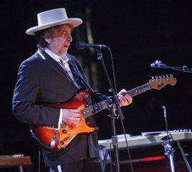Bob Dylan no dice absolutamente nada sobre el Nobel durante su concierto horas después de ser galardonado