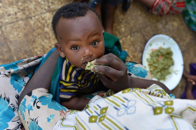 Una mujer alimenta a un niño en la región de Oromia, en Etiopía.