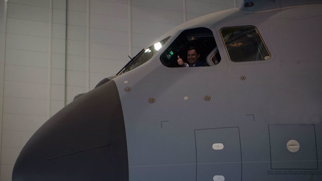 Juanma Moreno, durante su visita a Airbus