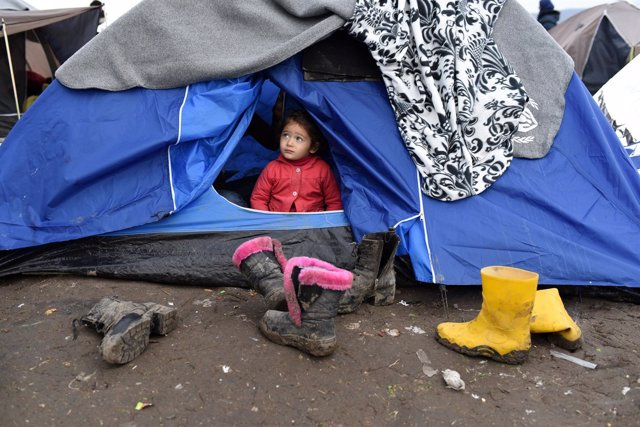 Una niña refugiada en una tienda de campaña en la frontera de Macedonia y Serbia