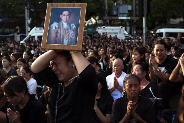 Miles de tailandeses despiden al rey Bhumibol en las calles de Bangkok