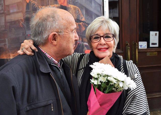 La acriz Concha Velasco, recibe flores de un admirador, hoy en Zaragoza.