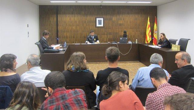 Vista sobre a apertura del Ayuntamiento de Badalona el 12 de octubre