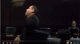 Un diputado chavista le lanza un micrófono a un opositor en un debate en la Asamblea