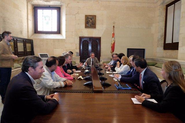 Reunión de la comisión de revisión del plan.