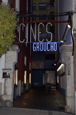 Entrada al callejón donde se ubican los cines Groucho de Santander