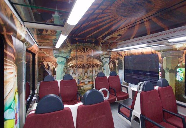 Recrean la Cripta Gaudí en el interior de un tren de FGC