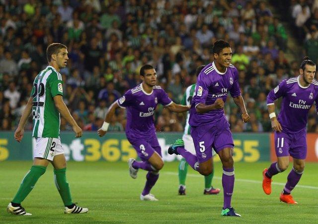 Varane celebra el 0-1 en el Betis-Real Madrid