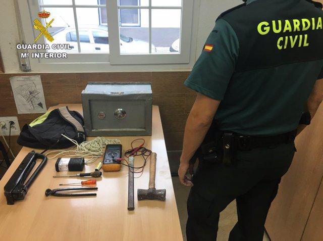 Un agente de la Guardia Civil junto a una caja fuerte