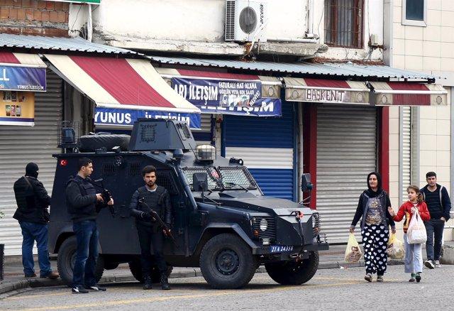 Vehículo blindado de la Policía turca en el barrio de Sur, en Diyarbakir