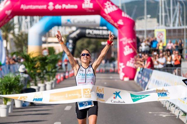 Sabine Stadler finalizando primera la Palma de Mallorca Marathon 2016