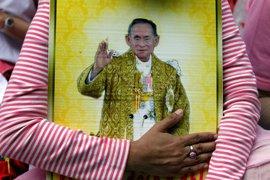 Príncipe heredero de Tailandia pide que su coronación sea aplazada para mantener el duelo
