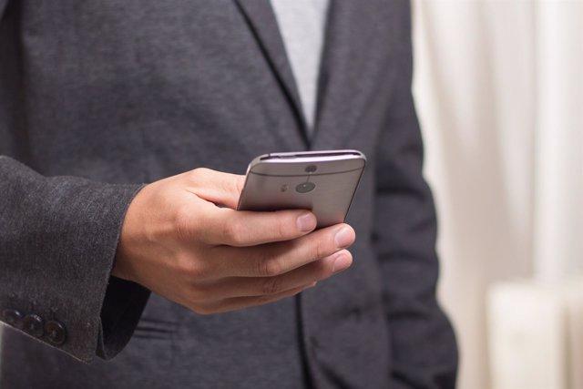 Hombre usando un teléfono móvil