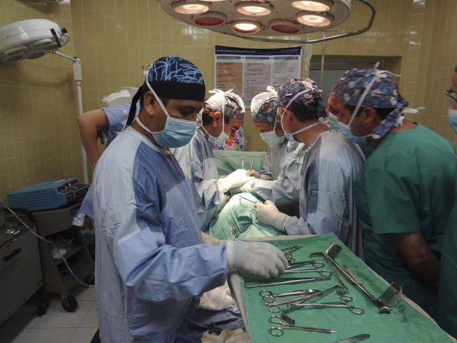 Urólogos españoles realizan treinta operaciones en cuatro días en una región hon