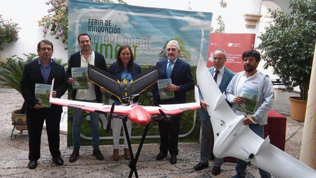 Carrillo, junto a organizadores, posa con varios drones