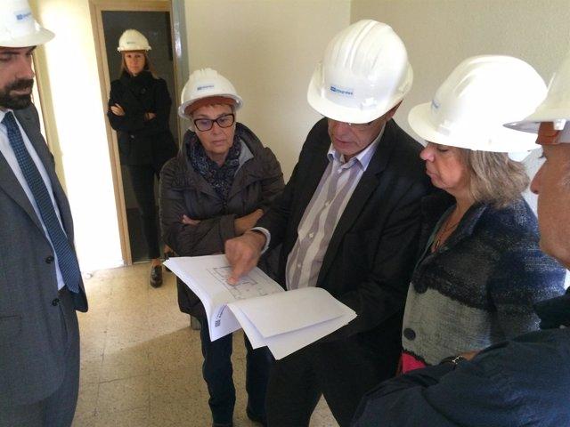 La consellera M.Borràs visita las obras del antiguo cuartel de Olesa