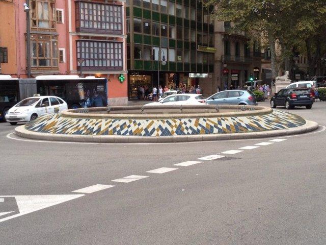 Fotomontaje de baldosas en la fuente de la plaza de la Reina