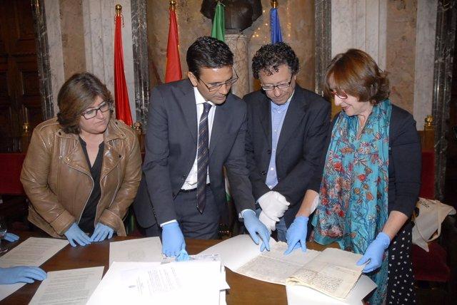 El alcalde Francisco Cuenca durante la devolución de documentos a la Alhambra
