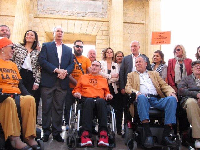 Priego (centro) entre otros enfermos de ELA y las autoridades