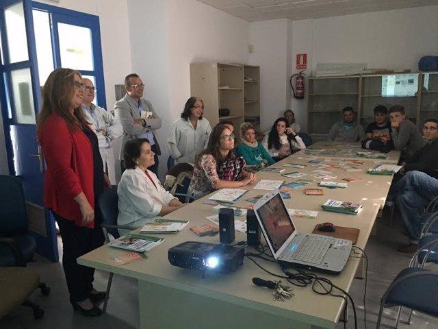 Luna (izda.) visita el Centro de Salud Guadalquivir