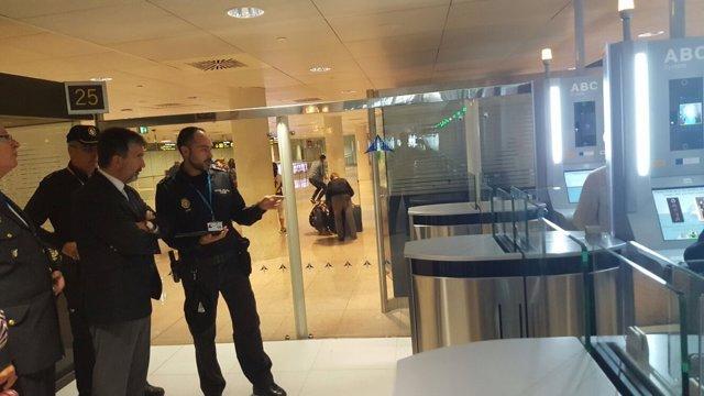 Ignacio Cosidó visita la comisaría del aeropuerto del Prat