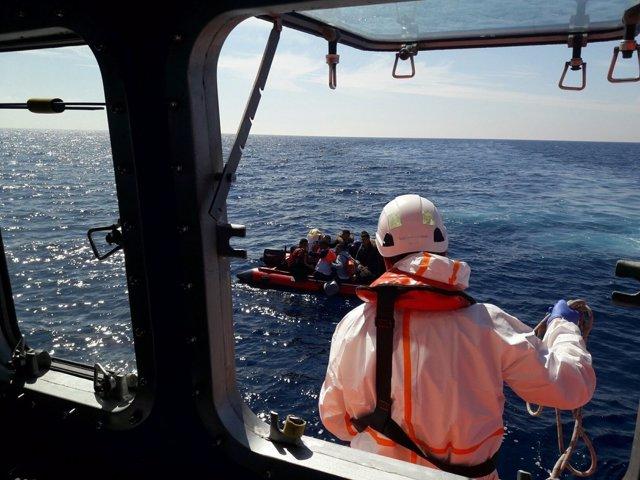 Rescate de patera por Salvamento Marítimo