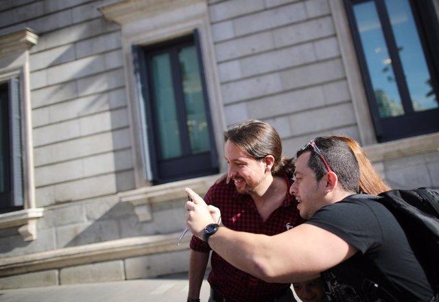 Pablo Iglesias haciéndose una foto a las puertas del Congreso