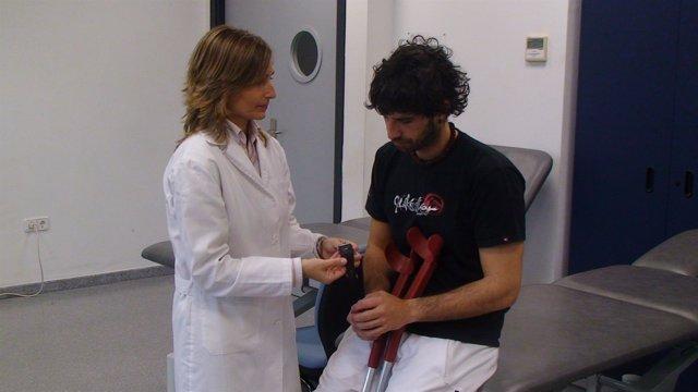 Una Fisioterapeuta Atiende A Un Paciente