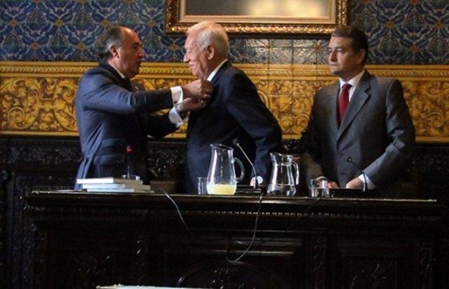 José Manuel García-Margallo recibe la insignia de la ciudad de Algeciras