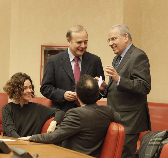 El diputado José Andrés Torres Mora charla con Alfonso Guerra y Mertixell Batet