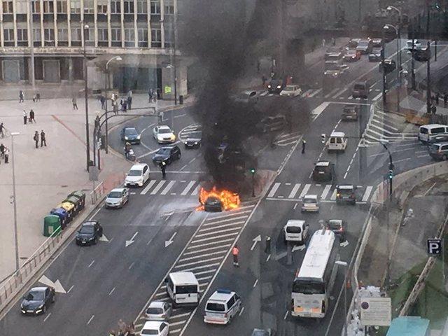Coche incendiado en los accesos a San Mamés