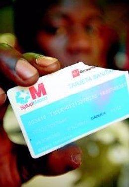 Un joven africano con una tarjeta sanitaria rota