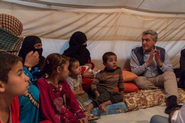 Filippo Grandi junto a una familia desplazada en el campo de Debaga.