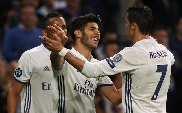 Marco Asensio se abraza a Cristiano Ronaldo