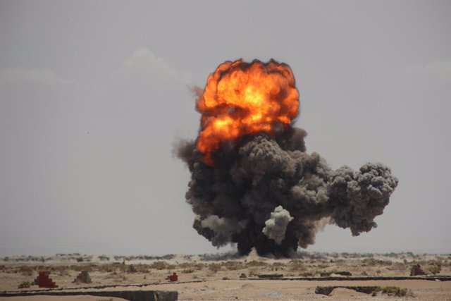 Las fuerzas del Gobierno de Yemen detonan explosivos de forma controlada