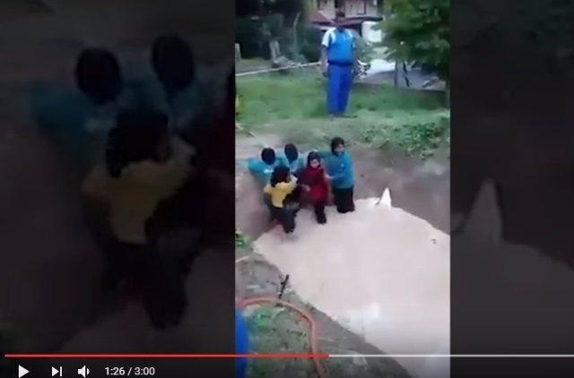 Captura del polémico vídeo con niñas obligadas a cruzar charca con serpiente