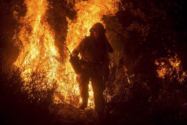 Bombero durante un incendio