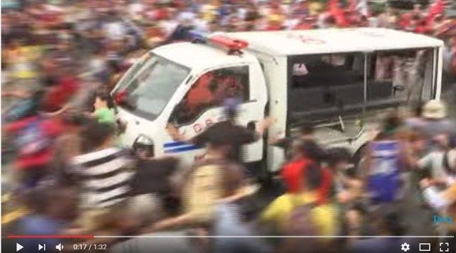 Momento en el que un furgón policial atropella a manifestantes en Manila