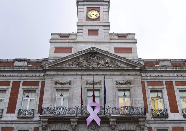 Sede de la Comunidad de Madrid con el lazo roza