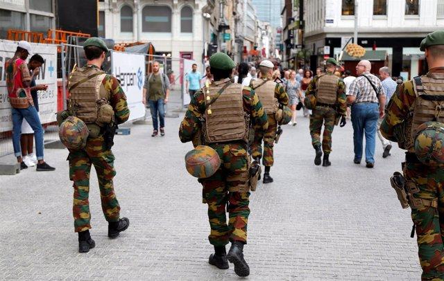 Militares belgas patrullan las calles de Bruselas