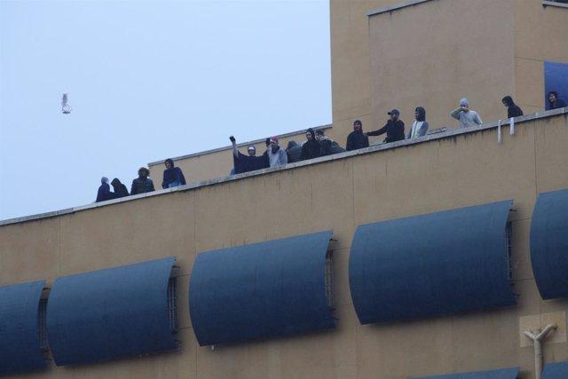 Inmigrantes apostados en el tejado del CIE de Aluche, en Madrid