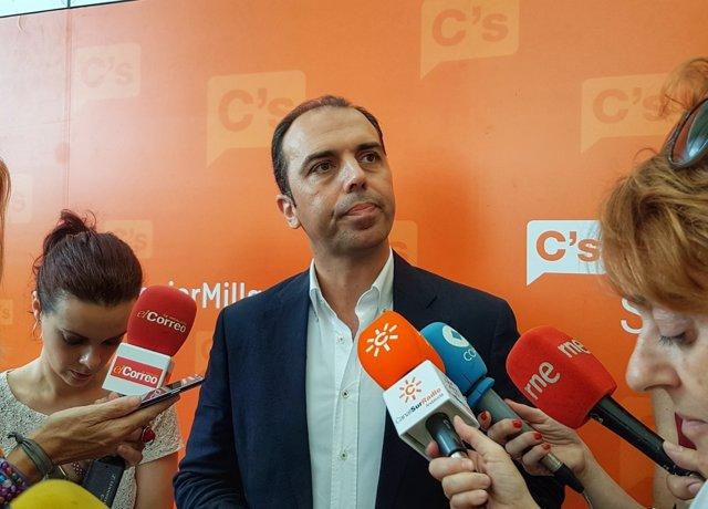 El portavoz de Ciudadanos en Sevilla, Javier Millán, ante los medios