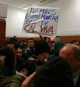 Estudiantes protestan ante la conferencia de Felipe González
